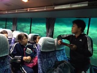 バスの中で…